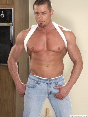 Muscled hunk Tyler Saint naked